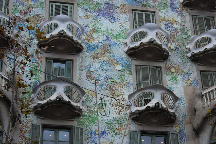 I balconi colorati di Casa Batllò: maschere o teschi?