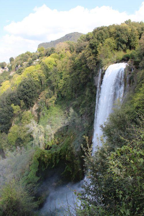 Il salto di 165 metri della Cascata delle Marmore