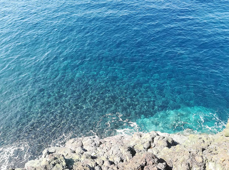 Il mare azzurro della Liguria lungo la ciclopedonale MareMonti