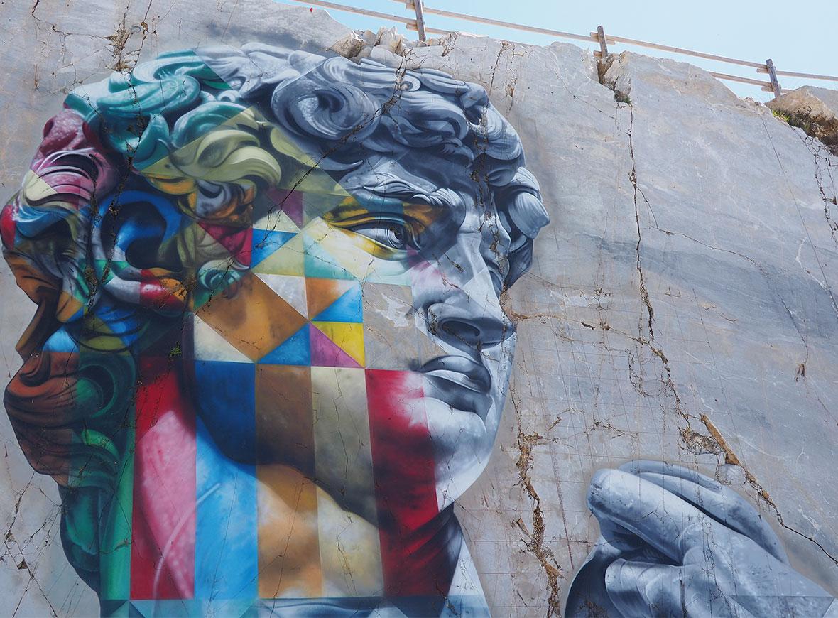 Il murale di Kobra fra le cave di marmo